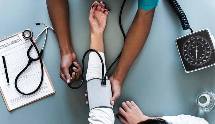 در حال گرفتن فشار خون