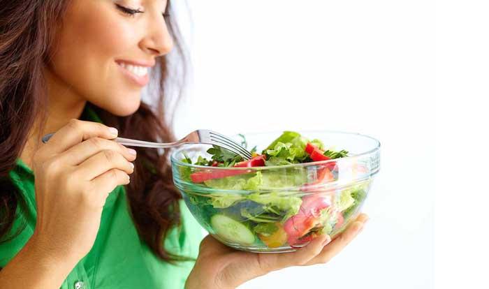 در حال خوردن سبزیجات
