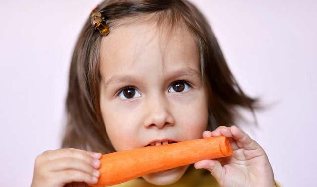 درحال خوردن هویج