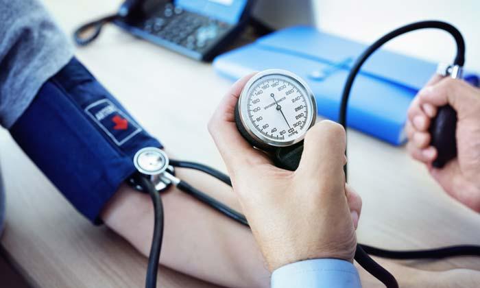در حال اندازه گیری فشار خون